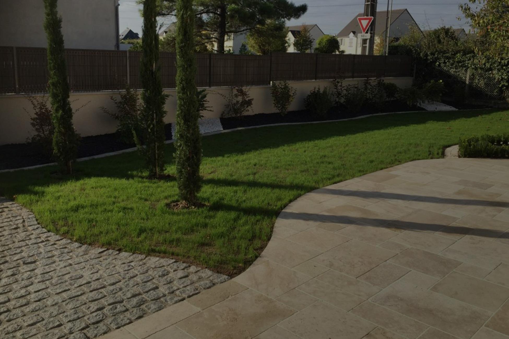 Aménagement extérieur d'un particulier avec terrasse, jardin et finition dallage Saint Avertin